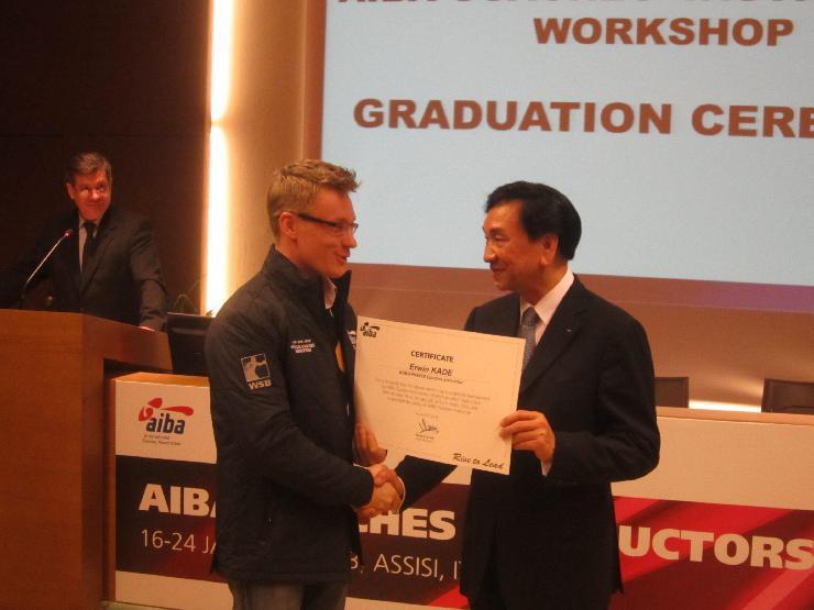 Dr Ching Kuo Wu annab Ervin Kadele üle AIBA koolitajate sertifikaadi